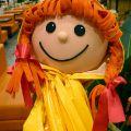 Большие куклы в дождевиках, оформление осени