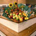 Осенняя композиция в зонте для оформления стола информации